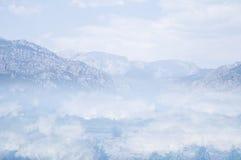Berg in den Wolken Stockfoto