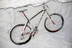 Berg, der auf Goverla im neuen Jahr radfährt Lizenzfreies Stockfoto
