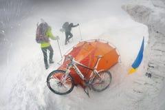 Berg, der auf Goverla im neuen Jahr radfährt Stockbilder