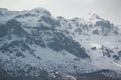 Berg. Der große Berg ist am Schnee verdeck Royalty Free Stock Image