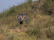 Berg, der in Nepal radfährt Stockfoto