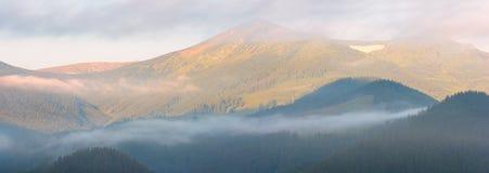 Berg in der Sonnenaufgangleuchte Lizenzfreie Stockfotos
