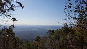 Berg, der Stadtansicht beaufsichtigt Lizenzfreies Stockbild