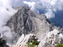 Berg, der von den Wolken - slowenisch Alpen steigt Lizenzfreie Stockbilder