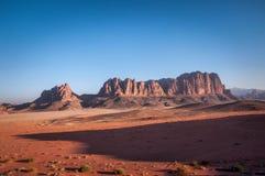 Berg in der Wüste stockfotos