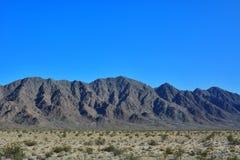Berg in der Wüste, CA, USA Stockbild