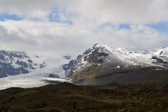 Berg des Eises und des schwarzen Steins Stockbild