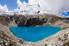 Berg des Sees Laguna 69 und Chakrarahu Stockfotografie