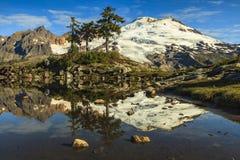 Berg die door het meer nadenkt Stock Fotografie