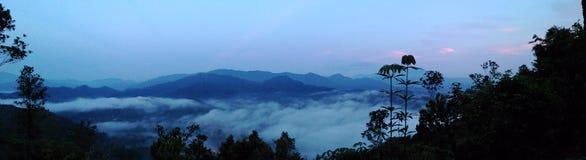 Berg die het hoogste sungai van de meningswolk lembing beklimmen stock afbeelding