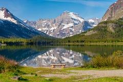 Berg die in meer nadenkt royalty-vrije stock afbeeldingen