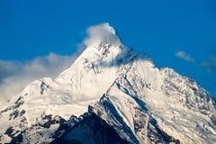 Berg die met sneeuw wordt behandeld Stock Fotografie