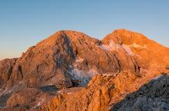 Berg door een ochtendzon die wordt verlicht Royalty-vrije Stock Foto's