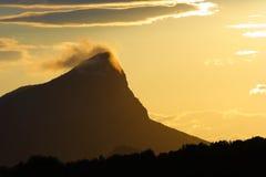 Berg door een wolk wordt bedekt die Stock Afbeelding