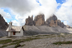 Berg Drei Zinnen en kapel in Sexten-Dolomiet, Zuid-Tirol Stock Afbeeldingen