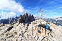 Berg Drei Zinnen en Paternkofel-topkruis in Zuid-Tirol Royalty-vrije Stock Fotografie