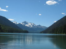 Berg durch den See Lizenzfreie Stockbilder