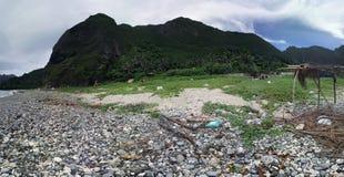 Berg durch die Küste Stockbild