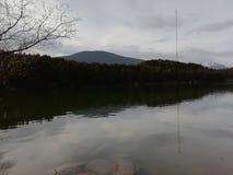 Berg in een meer stock afbeelding