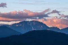 Berg efter solnedgång Fotografering för Bildbyråer