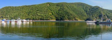 Berg en bezinning in de haven Stock Afbeeldingen