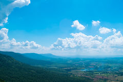 Berg en blauwe hemel Stock Afbeelding