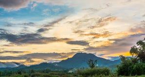 Berg en blauwe hemel met zonsondergang royalty-vrije stock fotografie