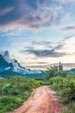 Berg en blauwe hemel met zonsondergang royalty-vrije stock foto's