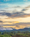 Berg en blauwe hemel met zonsondergang stock foto