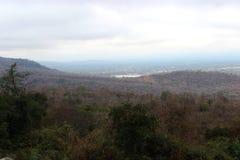 Berg en bos op een bewolkte dag Royalty-vrije Stock Afbeeldingen
