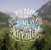 Berg en de bos de getrokken Vectorhand reizen illustratie voor t-shirtdruk of affiche met hand-van letters voorziend citaat Royalty-vrije Stock Foto's