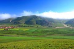 Berg en dorp Royalty-vrije Stock Foto's