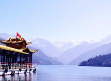 Berg en meerwater, Tianshan Tianchi, China stock illustratie