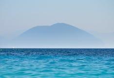 Berg en oceaanlandschaps blauw silhouet van pieken Stock Fotografie