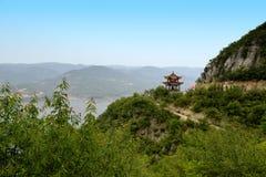 Berg en paviljoen in de afstand stock foto