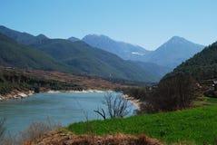 Berg en rivier Royalty-vrije Stock Afbeelding