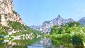 Berg en rivier in Shidu, Peking stock foto's