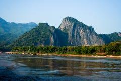 Berg en rivier van Mekong Stock Afbeeldingen