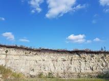 Berg en sandgrop, blå himmel arkivfoto