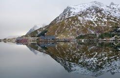 Berg en spiegel in Noorwegen Stock Afbeelding