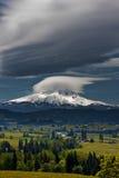 Berg en stormachtige wolken Stock Foto's