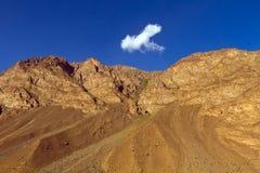 Berg en wolk Royalty-vrije Stock Afbeeldingen