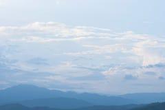 Berg en wolk in zonsondergang stock afbeelding