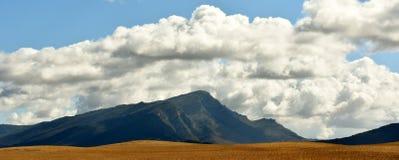 Berg en Wolken royalty-vrije stock foto