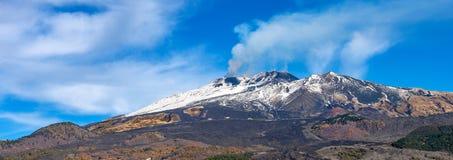 Berg Etna Volcano mit Rauche - Sizilien-Insel Italien stockfotografie