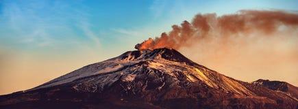 Berg Etna Volcano mit Rauche - Sizilien-Insel Italien lizenzfreie stockfotografie