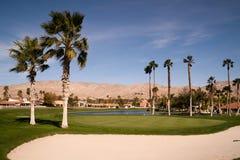 Berg för öken för Palm Springs för sandbunkergolfbana vertikala Royaltyfria Bilder