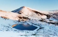 berg för berg för lake för gummilacka för corsica corsican crenode france Reflexionen av skyen bevattnar in skyen för showen för  Arkivbild
