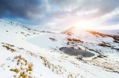 berg för berg för lake för gummilacka för corsica corsican crenode france Reflexionen av skyen bevattnar in skyen för showen för  Arkivfoton