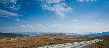 Berg för blå himmel i bakgrunden Höst Fotografering för Bildbyråer